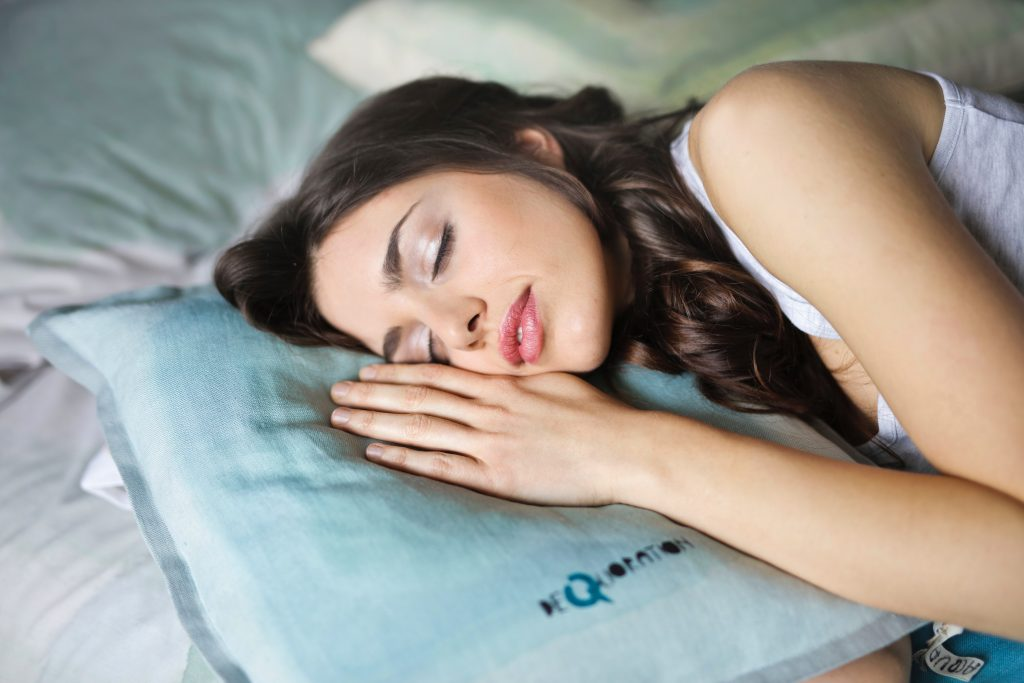 woman sleeping, sleep well to lose weight, adequate sleep to lose weight